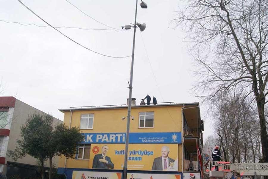 İşsiz genç, AKP binasının çatısında intihara kalkıştı