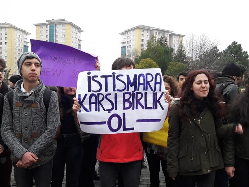 Bahçeşehir Atatürk Anadolu Lisesi öğrencileri tacize ve istismara karşı eylem yaptı (Fotoğraf: EVRENSEL)