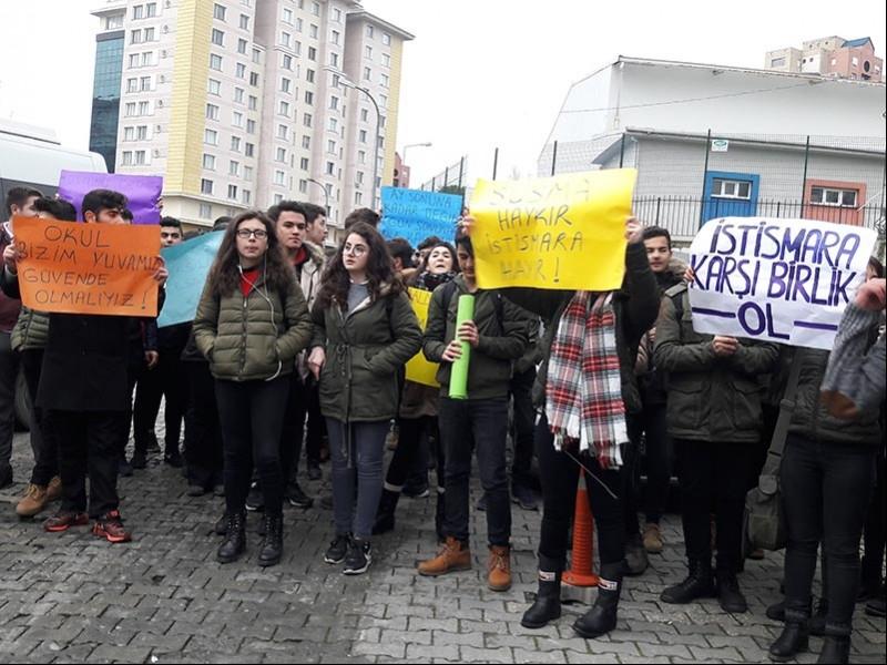 Bahçeşehir Atatürk Anadolu Lisesi öğrencileri taciz ve istismara karşı eylem yaptı (Fotğraf: EVRENSEL)