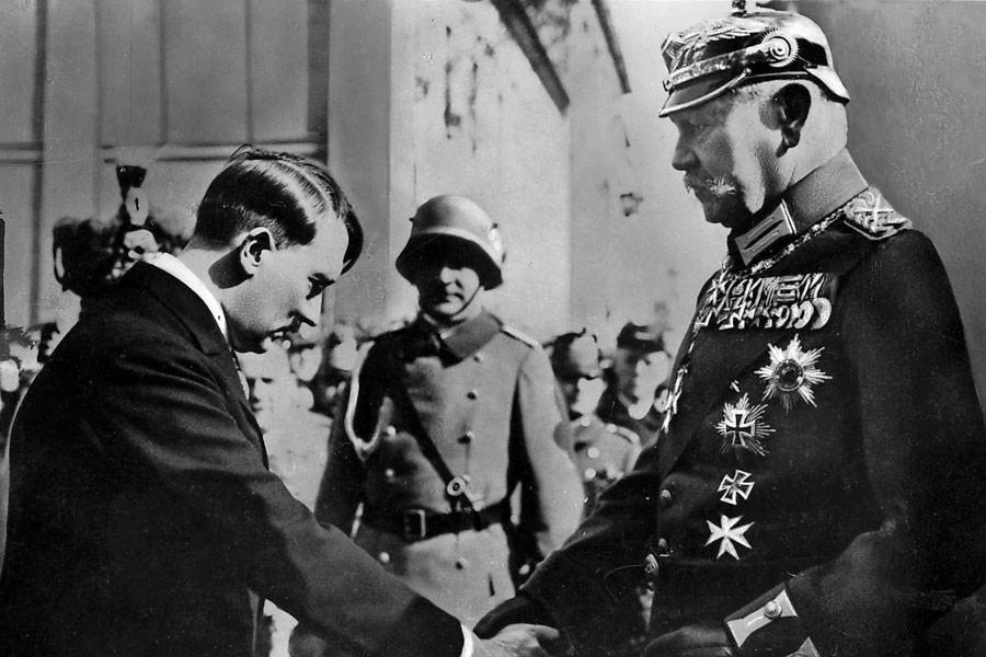 Hitler, Hindenburg'un huzurda.