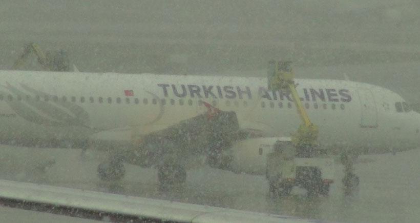 Uçaklar buzlanmaya karşı yıkanıyor