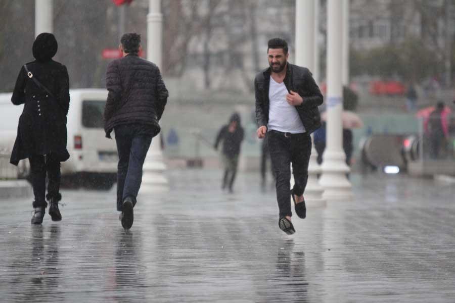 İstanbul fırtına, dolu ve yağmura tutuldu