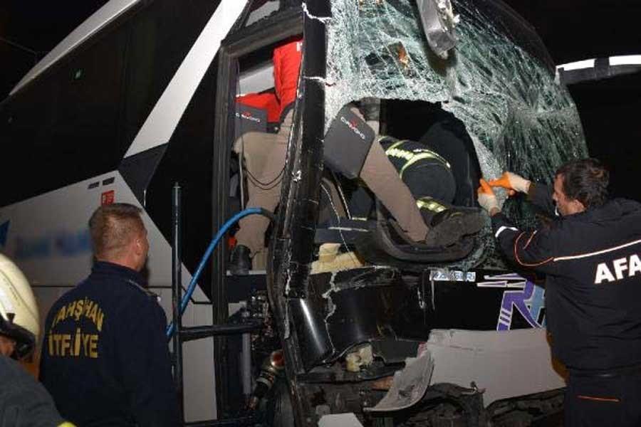 Kırıkkale'de yolcu otobüsü TIR'a çarptı: 1 ölü, 1 yaralı