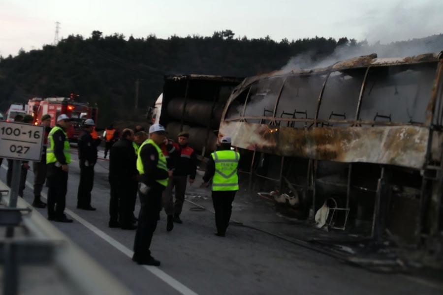Çorum Osmancık'ta yolcu otobüsü, park halindeki TIR'a çarptı.