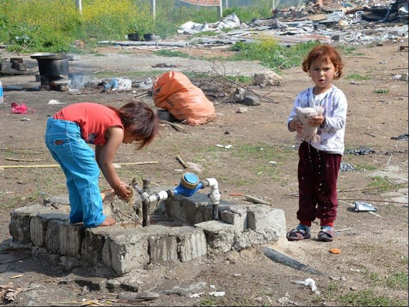 Çoğu zaman okula gidemeyen çocuklar karınlarını bile doyurmakta zorluk çekiyor (Fotoğraf: DHA)
