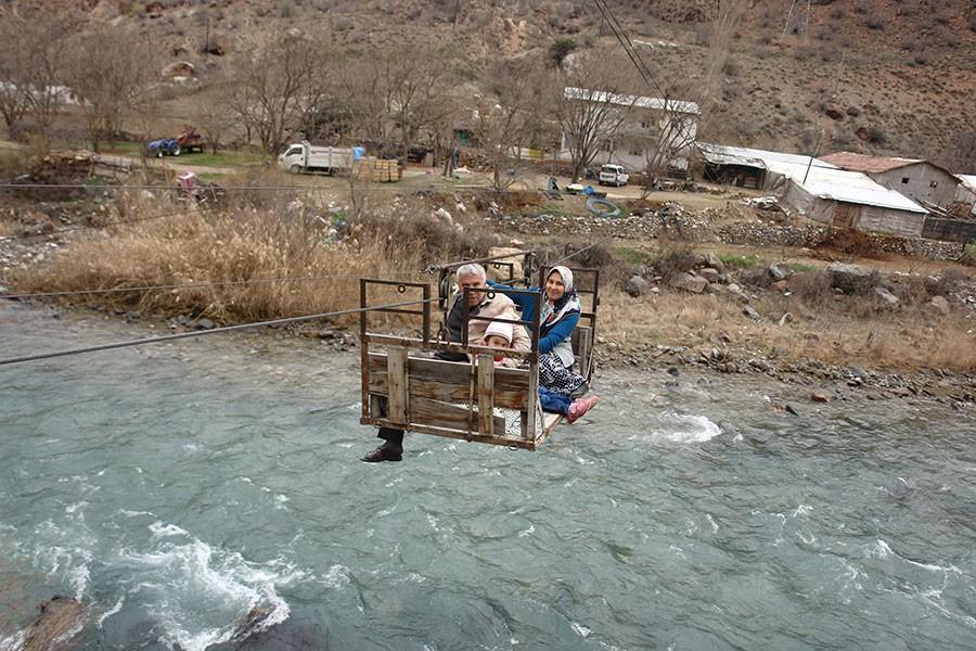 Çoruh Nehri'ni ilkel teleferikle geçiyorlar