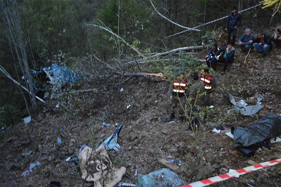 Cezaevi aracı uçuruma yuvarlandı, 3 kişi yaşamını yitirdi