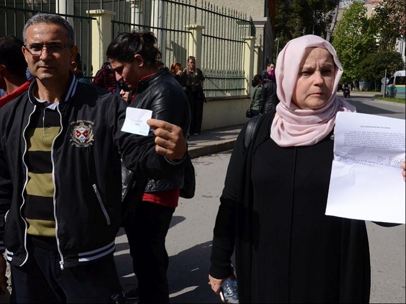 Ege Üniversitesindeki işlerine 'güvenlik soruşturması' sebebiyle son verilen taşeron işçiler Yakup Taşdemir ve Gülnaz Erdalı (Fotoğraf:EVRENSEL)