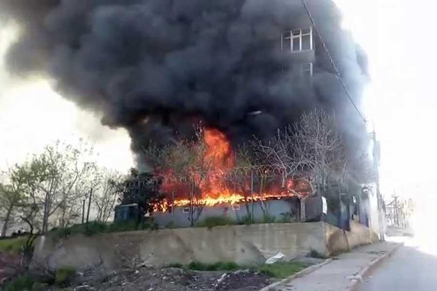 Sancaktepe'de tekstil atölyesi alev alev yandı