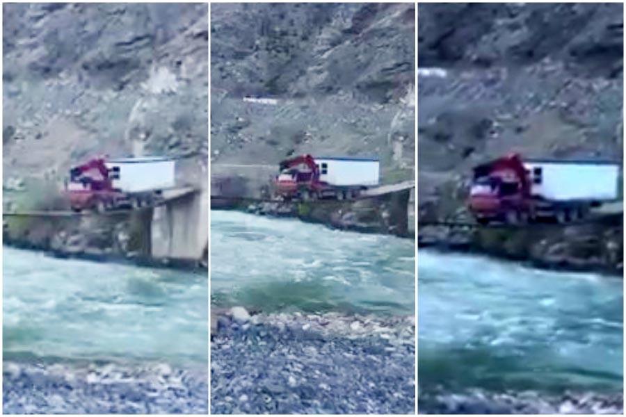 Asma köprüden 25 tonluk kamyonla geçti