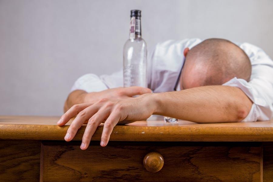 Alkollü içkilerdeki yüksek vergi halkı öldürüyor