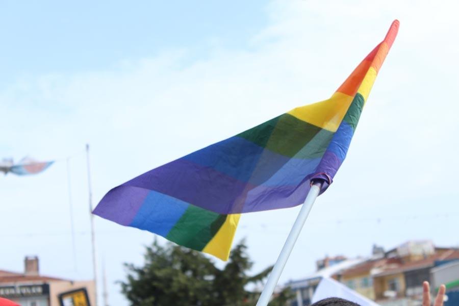 İNTİZAR'A HOMOFOBİK LİNÇ