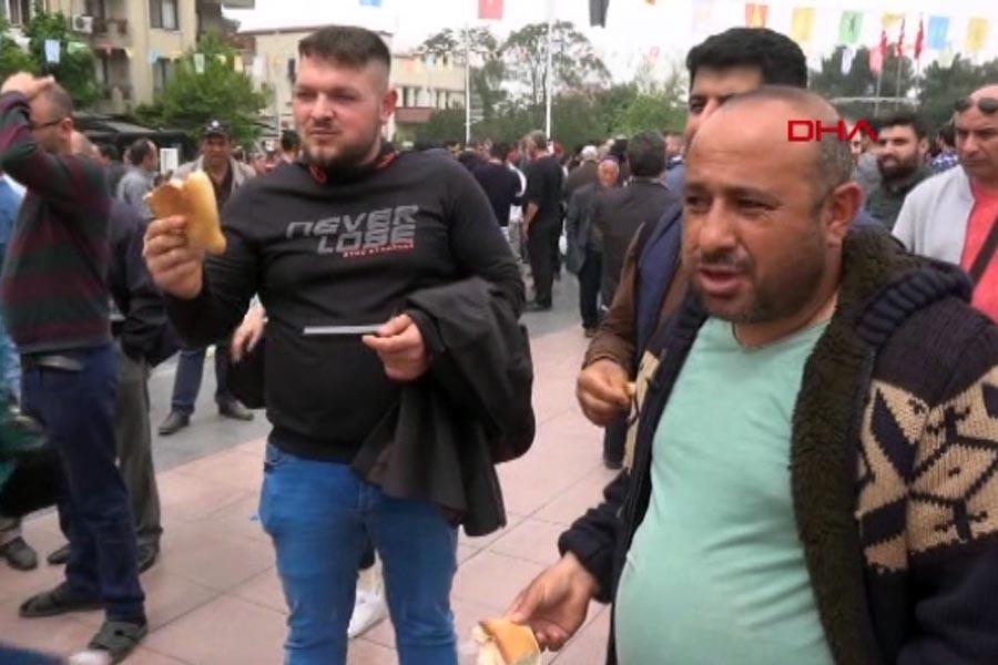 Manisa'da kendilerine yer gösterilmeyen pazarcılar valilik binasına yürüdü (Fotoğraf: Ekran Görüntüsü/DHA Video)