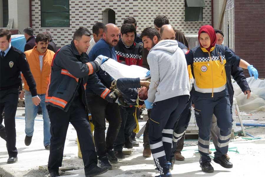 Vinç direği bir işçinin üstüne düştü