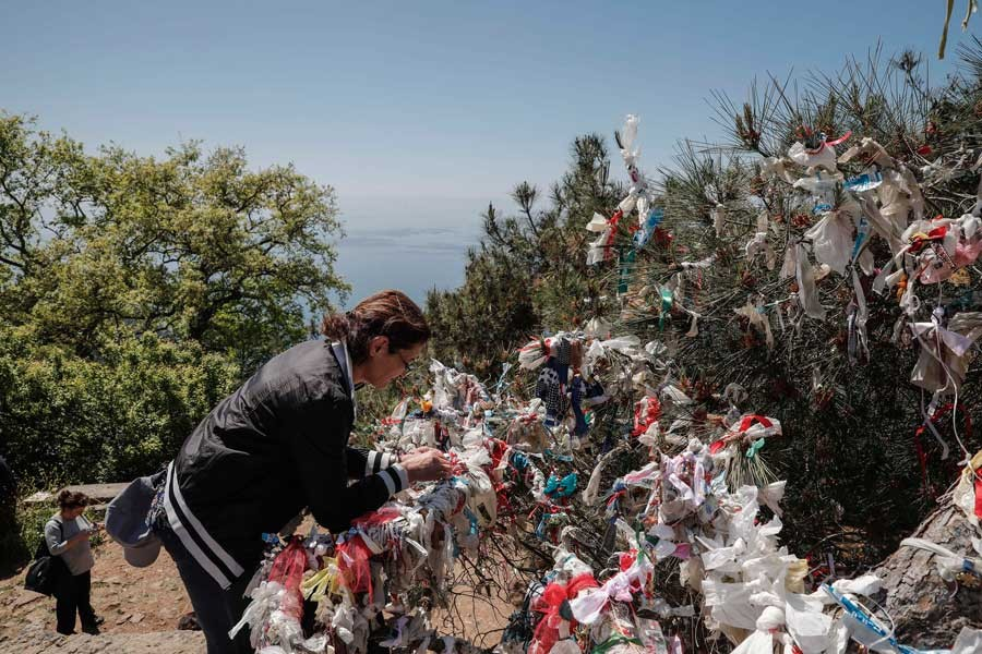 Binlerce kişi 'dilek' için Büyükada'daki Aya Yorgi'ye tırmandı