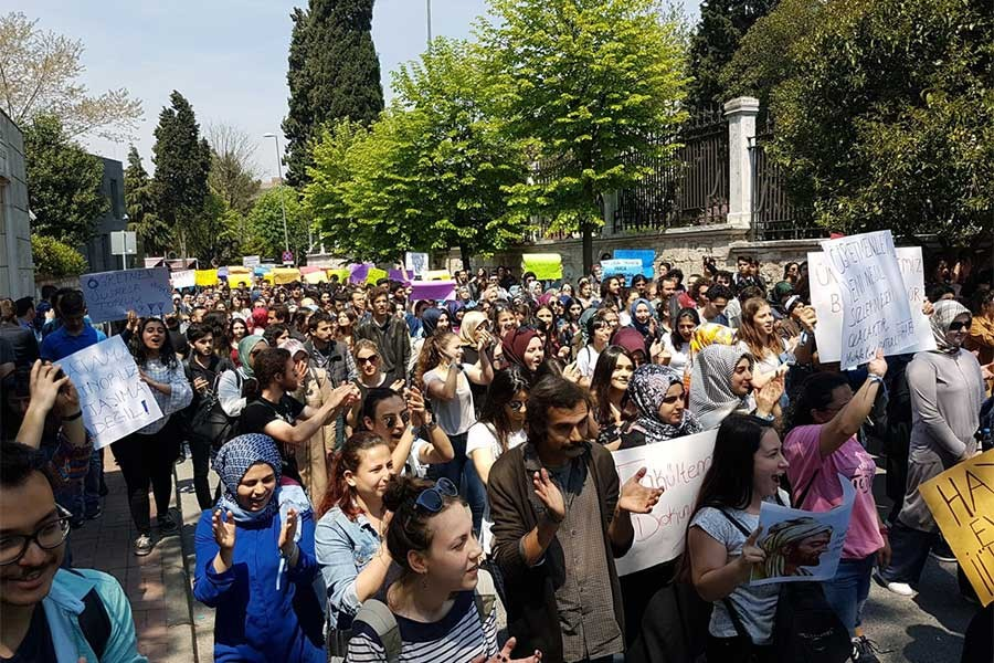 İÜ'DE BÖLÜNME PROTESTOSU