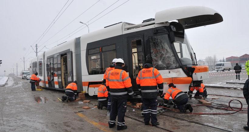 İşçi servisi tramvaya çarptı: 6 yaralı