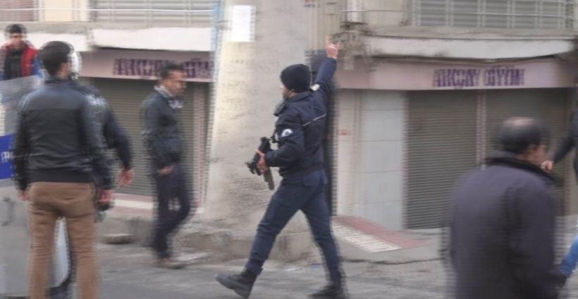 Diyarbakır'da polis bozkurt işareti yaparak tahrik etmeye çalıştı