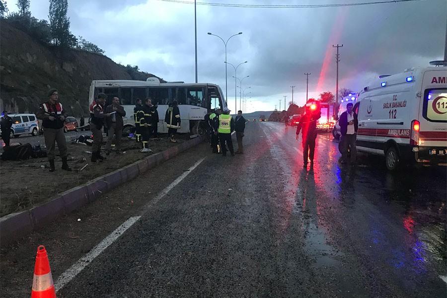 Öğrencileri taşıyan tur midibüsü devrildi: 9 yaralı