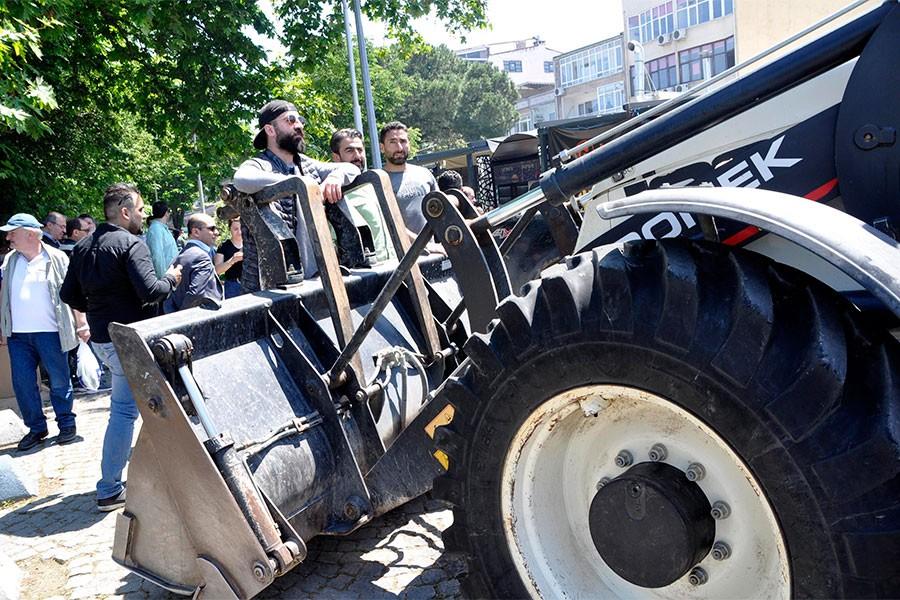 Yalova'da esnaf iş makinelerine direndi, yıkım engellendi