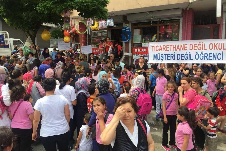 Veliler, öğrencilerden sürekli para istenmesini protesto etti
