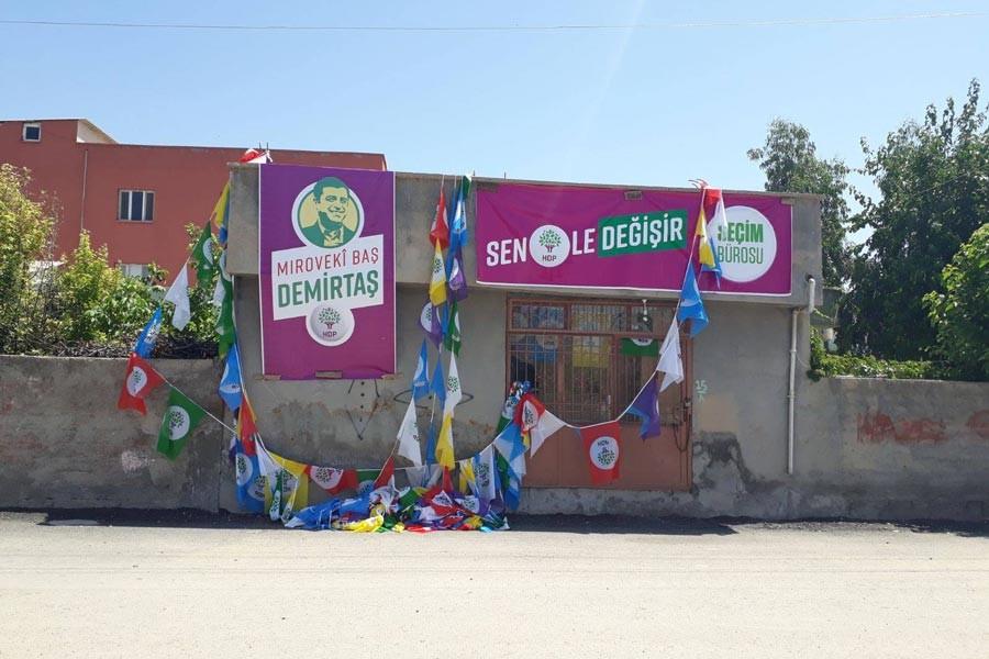 HDP'nin seçim bürosu önündeki bayrakları söküldü