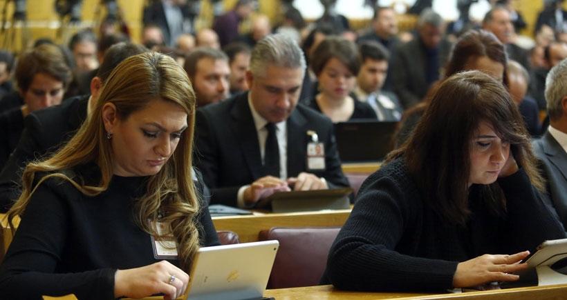 Parlamento muhabirleri, grup toplantılarını siyah kıyafetle izledi