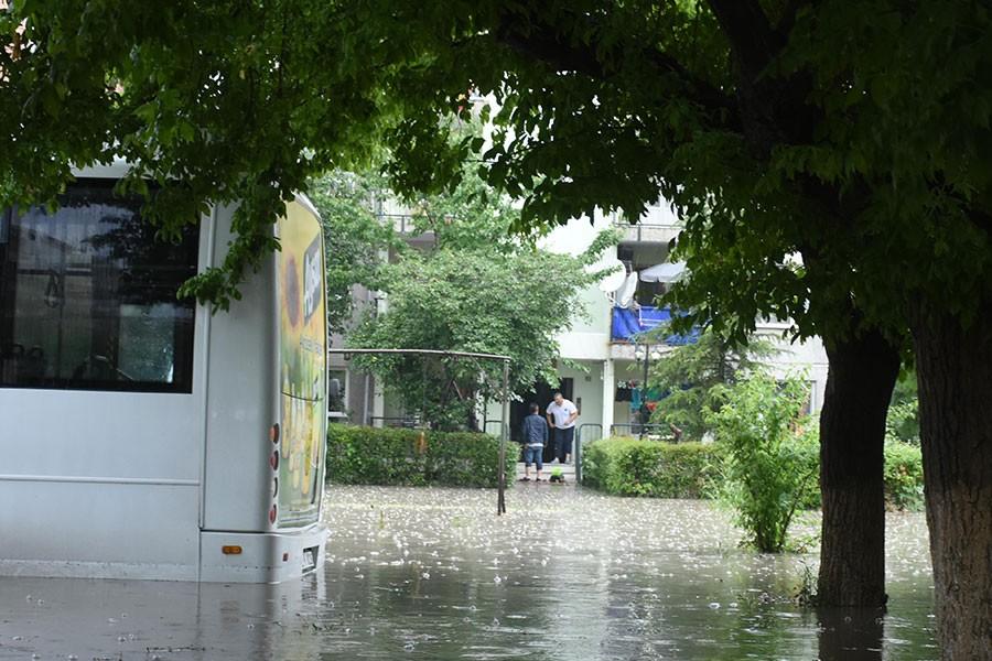 Edirne'de sağanak, sokakları göle çevirdi