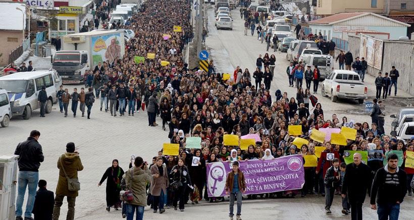 Hakkari'de on bin kişi Özgecan için yürüdü