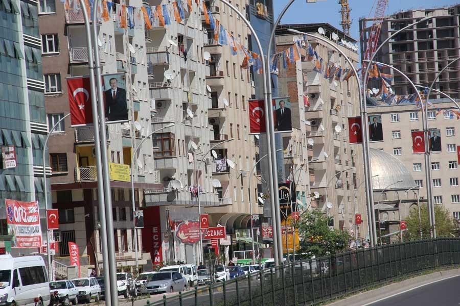 Karara rağmen Erdoğan'ın posterleri indirilmedi