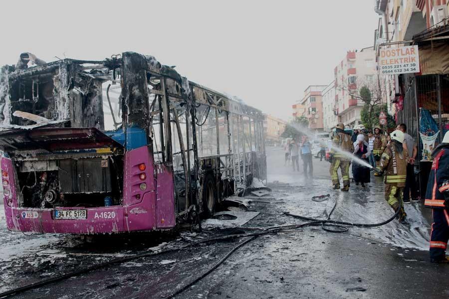 Gazi'de içinde motosiklet bulunan halk otobüsü yandı