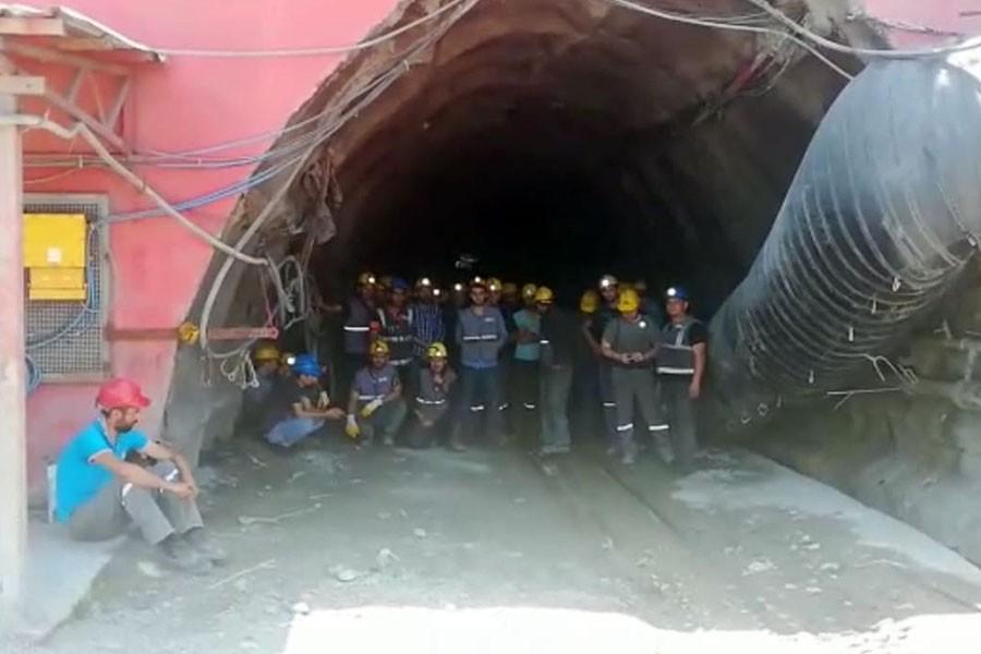 Bartın'da maaşları ödenmeyen madenciler kendilerini ocağa kapattı