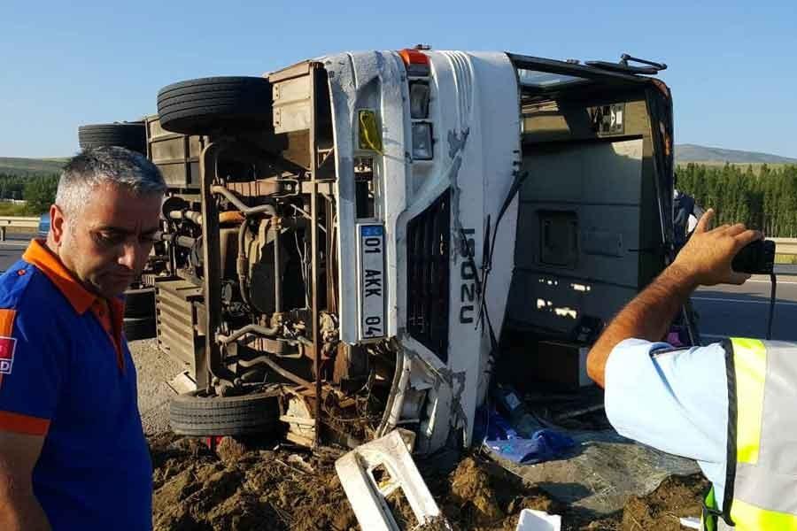 Sivas'ta tarım işçilerini taşıyan araç devrildi, 24 işçi yaralandı