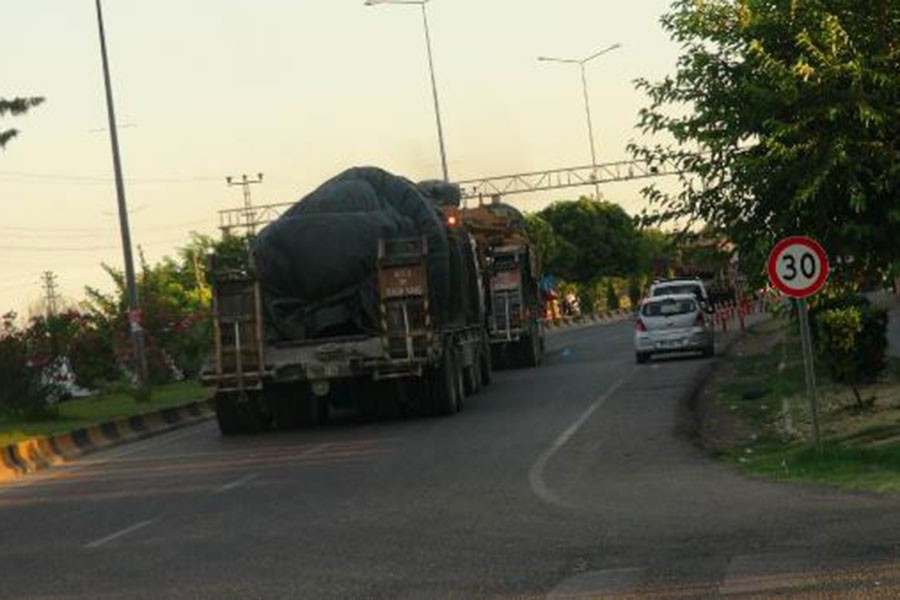10 araçlık askeri konvoy Kilis'ten Suriye'ye geçti