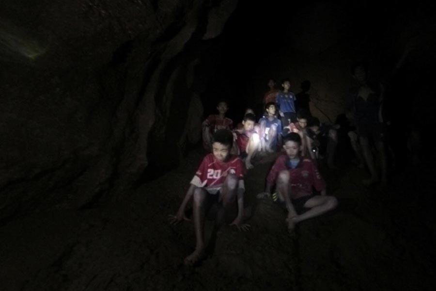 Tayland'da mağaradaki kurtarma çalışmalarına katılan dalgıç öldü
