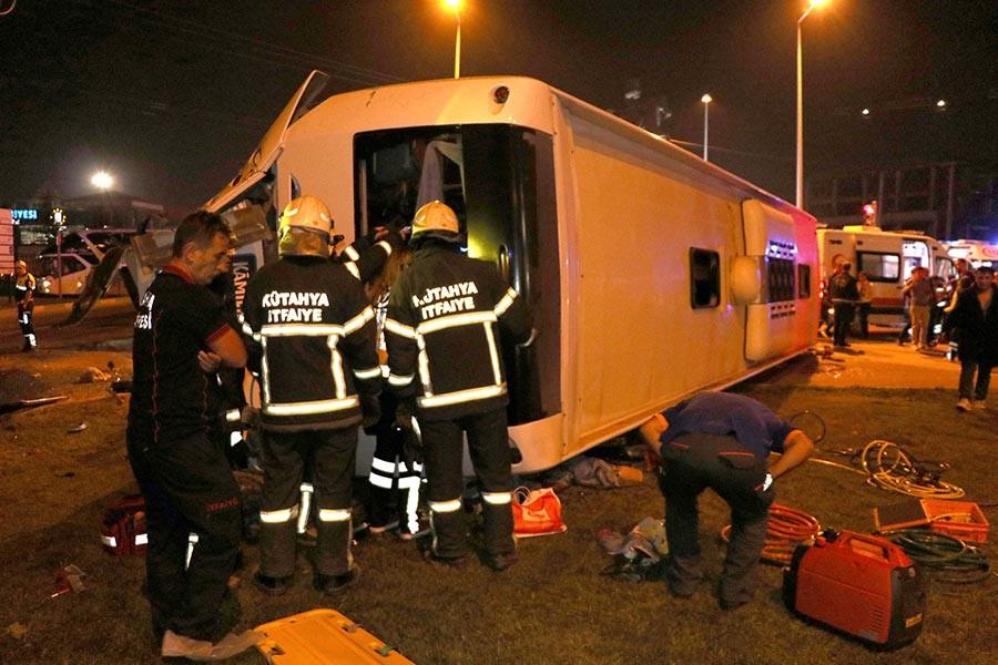 TIR ile çarpışan yolcu otobüsü devrildi, bir kişi hayatını kaybetti
