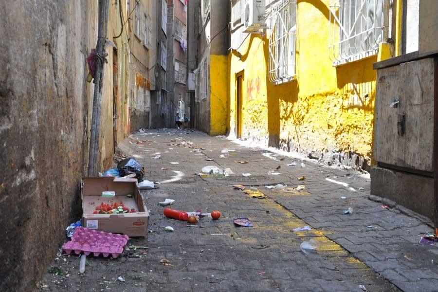 Kayyım halkı mağdur ediyor: Sur'da sokaklar çöpten geçilmiyor