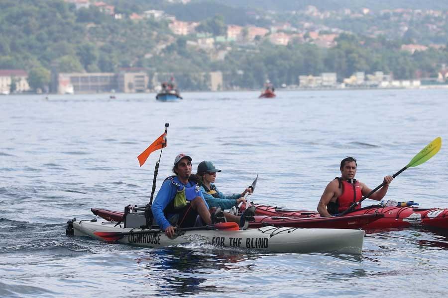 Görme engelli Ahmet Üstünel, kanosuyla Boğaz'ı geçti