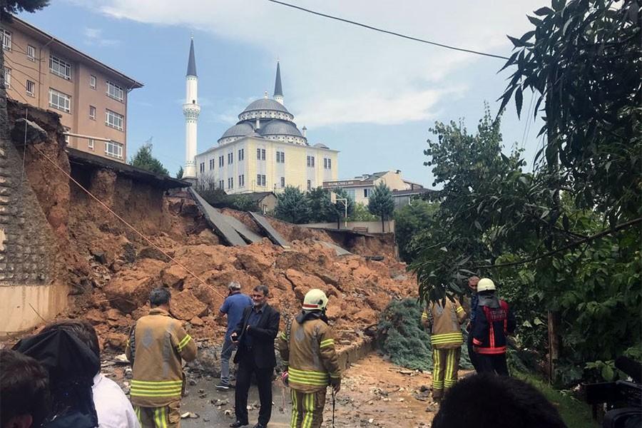 Sancaktepe'de sağanak yağış nedeniyle bir ilkokulun duvarı çöktü