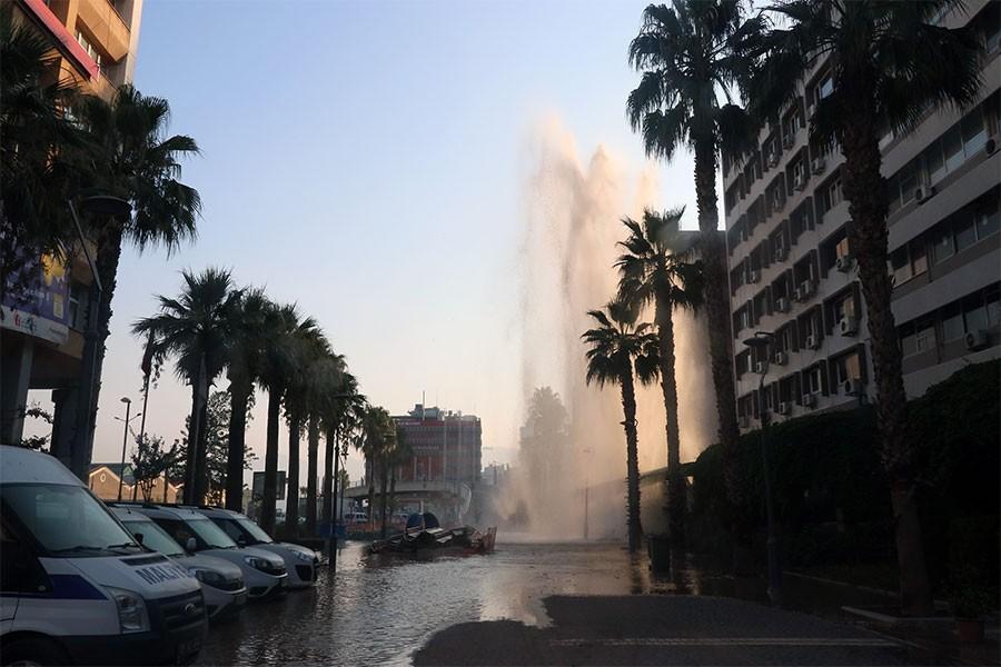 İzmir'de su borusu patladı