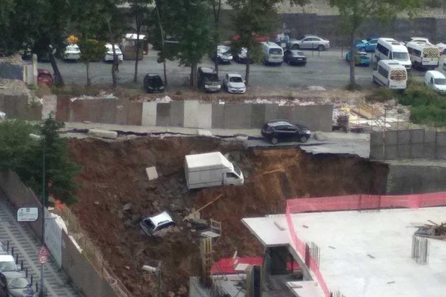 Ümraniye'deki inşaatta istinat duvarı çöktü, araçlar çukura düştü