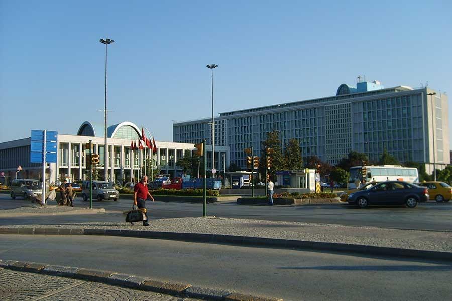 Belediye başkanlarına yurt dışına çıkışta izin şartı kaldırıldı