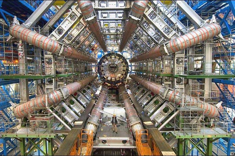 Bilim insanları atomu elektronlarıyla birlikte ışık hızına yaklaştırdı