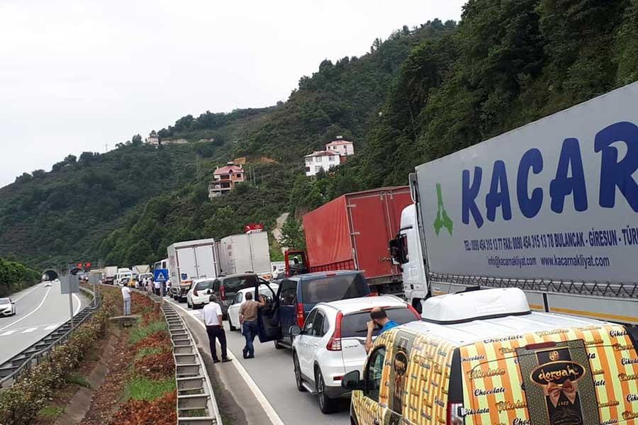 LPG yüklü tanker duvara çarptı, Karadeniz Sahil Yolu kapatıldı
