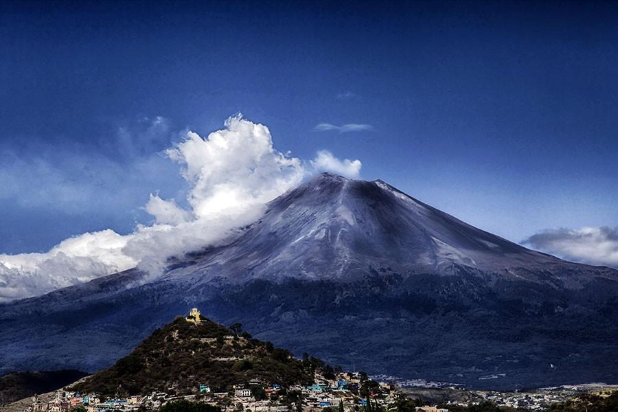 Meksika'daki Popocatepetl Yanardağı patladı