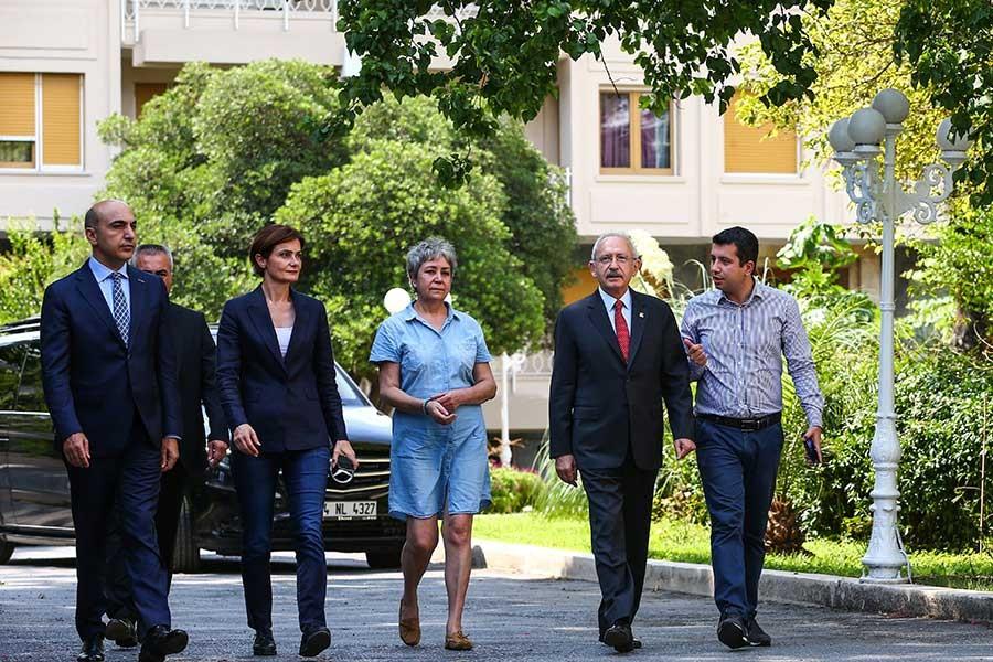 Kılıçdaroğlu, Enis Berberoğlu'nun eşi Oya Berberoğlu'yu ziyaret etti
