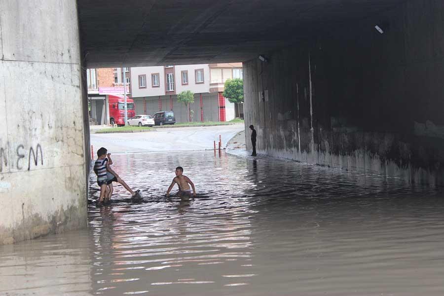 Çarşamba'da çocuklar alt geçitte biriken yağmur suyunda yüzdü