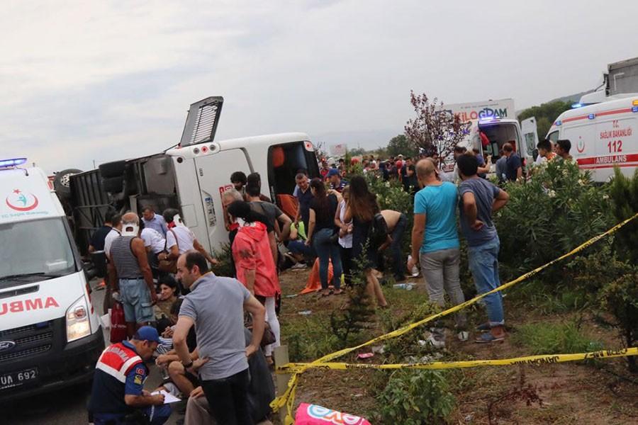 Manisa'da yolcu otobüsü devrildi: 1 ölü, 41 yaralı