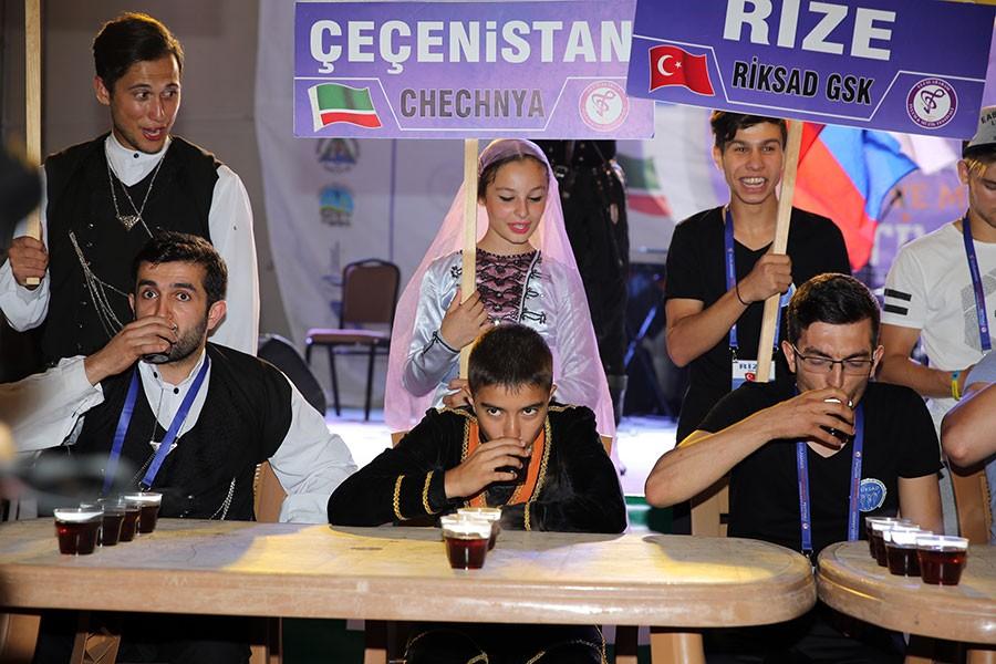 En hızlı çay içme yarışmasını Türkiye'den Oğuzhan Çalapkulu kazandı