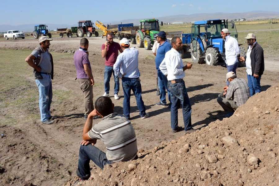 Erzurum'da köylüler traktörlerle yol keserek meralarına sahip çıktı